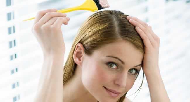mulher-pintando-o-cabelo-branco