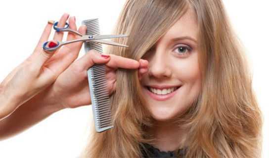 Mulher--cortando-cabelo